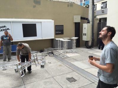 Julio Parente surveille la construction des tours de projection